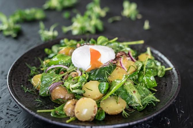 Recept na farmářský salát se ztraceným vejcem