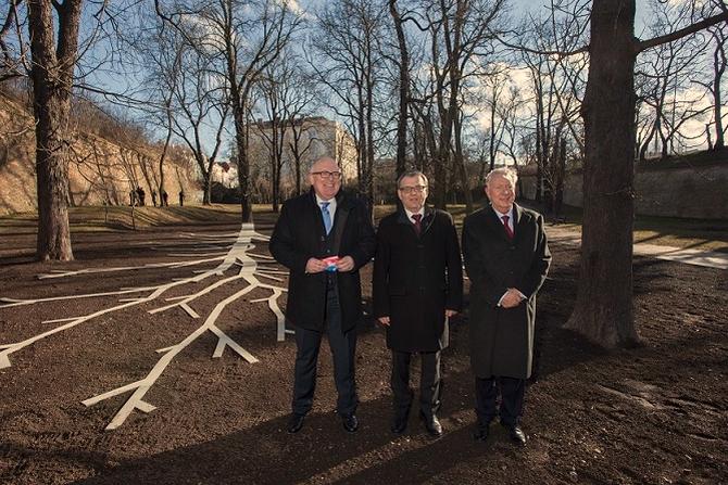 Od dnešního dne se Praha 6 může pyšnit památníkem významného nizozemského politika Maxe van der Stoela, který se před 40 lety jako tehdejší nizozemský ministr zahraničních věcí setkal s prvním mluvčím Charty 77 profesorem Janem Patočkou
