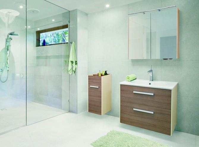 Koupelna s protiklady - dřevodekor a lesk