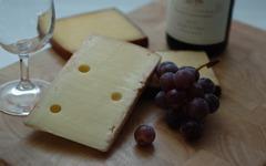 Sýr a víno patří k sobě: jak je nejlépe kombinovat