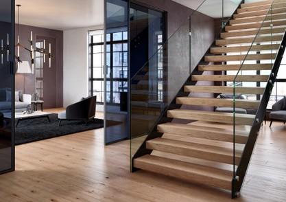 Hlavní schodiště nemusí působit mohutně