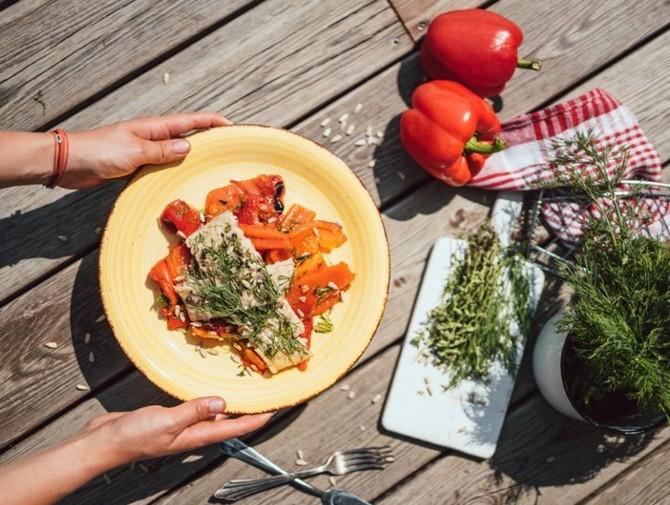 Grilovaný kapr na salátu z pečených paprik