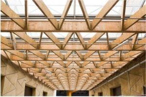 dřevěné trámy u stropu budovy ©EC Audiovisual Service