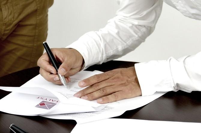 Muž podepisující smlouvu