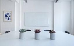 Díky bílé místnost působí čistě a svěže