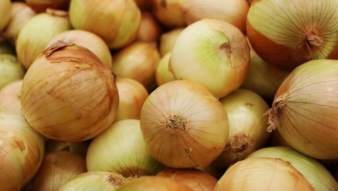 Cibule obsahuje vitamin A, vitaminy B, C a E