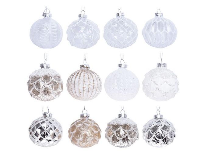 Zimní dekorace jsou koule s ledovými krustami v odstínech bílé a stříbrné a zlaté