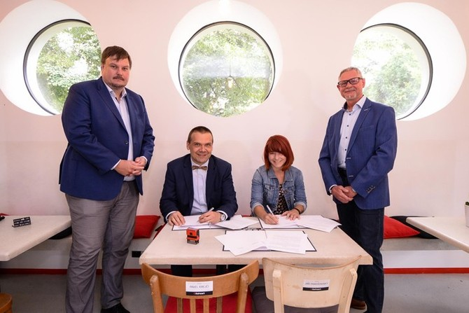 Podpis smlouvy (fotografie: M. Pecuch)
