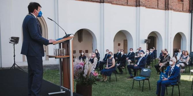Noví docenti habilitovaní na MU převzali jmenovací dekret z rukou rektora Martina Bareše.