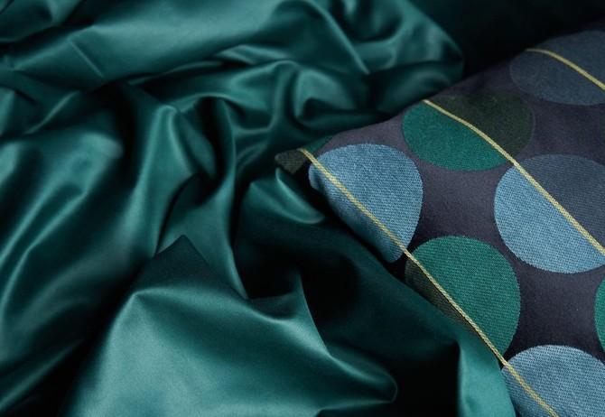 Hladké lesklé tkaniny působí chladivým dojmem