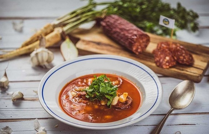 Pikantní fazolová polévka, s tvrdým salámem