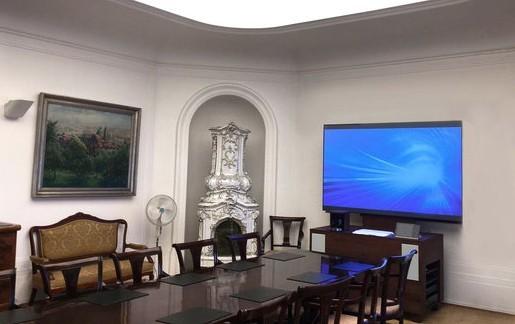 Moderní technika v historickém interiéru