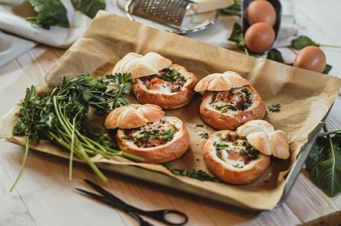Vejce v housce plné sýra, slaniny, a smetany