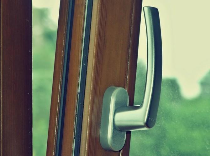 Okenní kování a těsnění patří nejdůležitější
