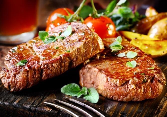 Aromatické oleje se hodí také k dochucení masa