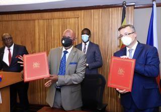 S ministrem zahraničí Ugandy Jeje Odongem po podpisu akčního plánu spolupráce