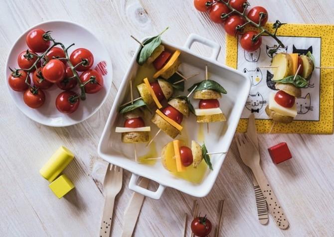 Recept se kromě brambor skládá také z rajčat, tvrdého sýra a bazalky