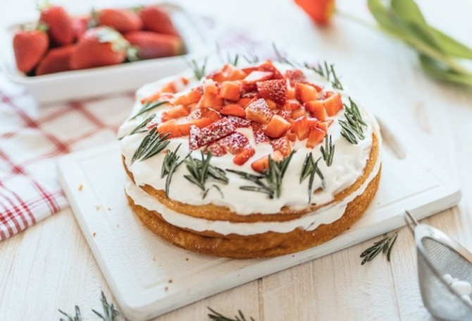 Jogurtový dort s jahodami je plný tvarohu