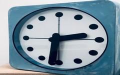 Praha zavádí chytré veřejné hodiny, aktuálně jich v ulicích metropole testuje několik desítek