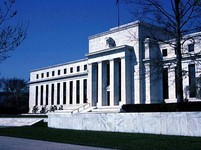 Fed sazby nezměnil a naznačil, že k první změně by mohlo dojít dříve. Ekonomická prognóza se o něco snížila, odhady inflace se výrazněji zvedly