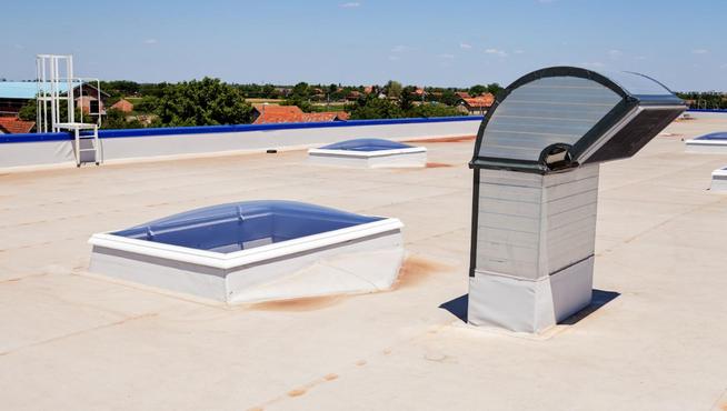 Ploché střechy lze také efektivně zateplit, proč izolaci neodkládat?
